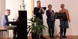 Husgruppa deltok med sang på lørdag kveld.