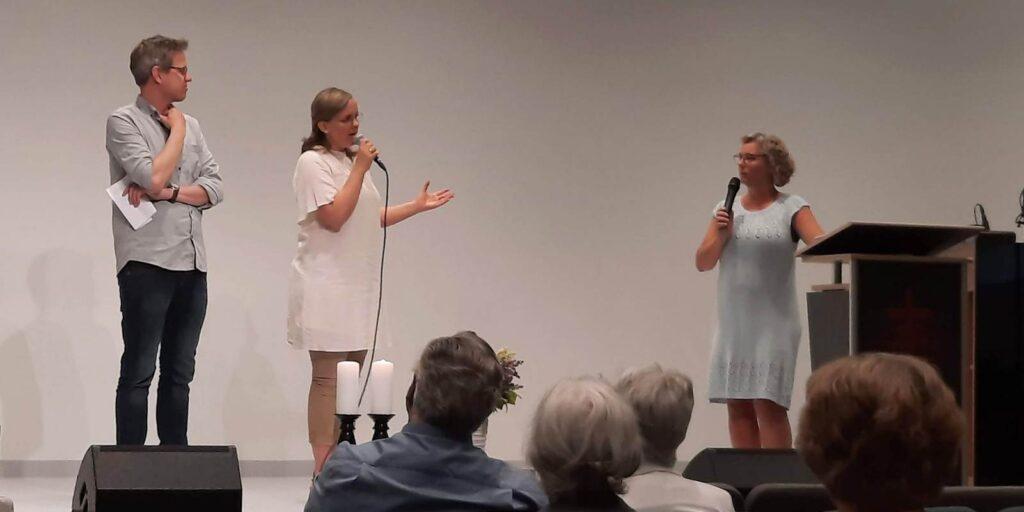 Torfinn og Elisabeth blir presentert og invervjuet av møtelder, Hildegunn Solhe